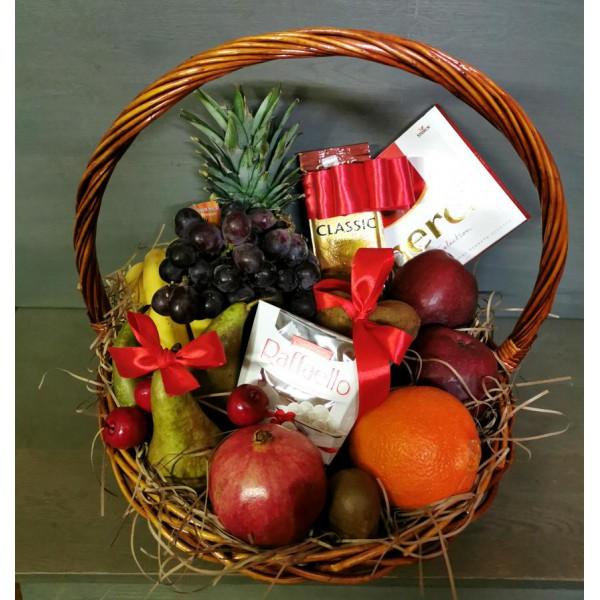 Подарочная корзина с фруктами и сладостями