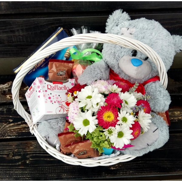 Корзинка цветов с мишкой
